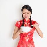 Muchacha china asiática que come algo Imágenes de archivo libres de regalías