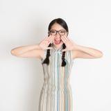 Muchacha china asiática que grita ruidosamente Foto de archivo libre de regalías