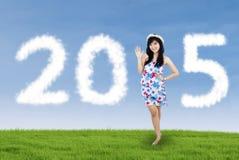 Muchacha china atractiva que forma los números 2015 Foto de archivo