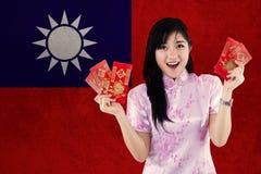 Muchacha china con el sobre y la bandera de Taiwán Foto de archivo