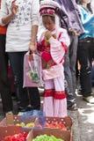 Muchacha china del Bai que mira polluelos teñidos Fotografía de archivo libre de regalías