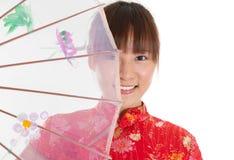 Muchacha china del cheongsam con el paraguas Fotografía de archivo libre de regalías
