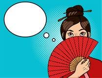 Muchacha china en arte pop Mujer atractiva joven con una fan hermosa Palillos en la cabeza Imagenes de archivo
