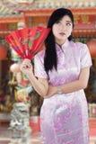 Muchacha china en ropa del cheongsam en el templo Fotos de archivo