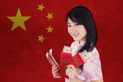 Muchacha china feliz con el sobre rojo Foto de archivo