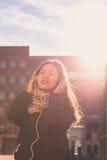 Muchacha china hermosa joven con los auriculares Fotografía de archivo