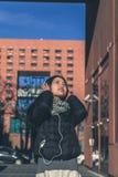 Muchacha china hermosa joven con los auriculares Fotografía de archivo libre de regalías