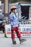 Muchacha china preciosa que practica en línea el patinar, Guangzhou, China Imagenes de archivo