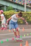 Muchacha china preciosa que practica en línea el patinar, Pekín, China Foto de archivo
