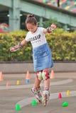 Muchacha china preciosa que practica en línea el patinar, Pekín, China Imagenes de archivo
