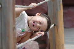 Muchacha china que juega en un puente Fotografía de archivo