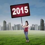 Muchacha china que lleva a cabo los números 2015 al aire libre Fotos de archivo libres de regalías