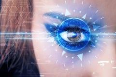 Muchacha cibernética con el ojo technolgy que mira en el iris azul Fotografía de archivo libre de regalías