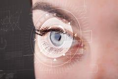 Muchacha cibernética con la mirada technolgy del ojo Imagenes de archivo
