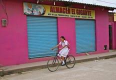 Muchacha colombiana en el uniforme que completa un ciclo a la escuela. Mompos Imagen de archivo