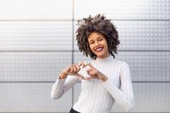 Muchacha coloreada sonriente con el pelo rizado fotografía de archivo libre de regalías