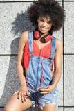 Muchacha con afro usando el teléfono móvil Imagen de archivo