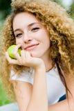 Muchacha con Apple Foto de archivo