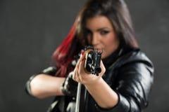 Muchacha con apuntar del Kalashnikov Fotografía de archivo libre de regalías