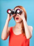 Muchacha con binocular Fotos de archivo