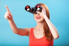 Muchacha con binocular Fotografía de archivo libre de regalías