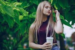 Muchacha con café imagen de archivo