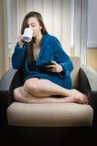 Muchacha con café de la mañana Imágenes de archivo libres de regalías