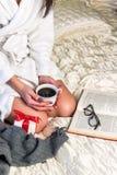 Muchacha con café en la cama Foto de archivo