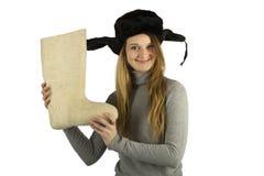 Muchacha con calzado tradicional del invierno en sus manos Imagen de archivo libre de regalías