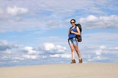 Muchacha con caminar de la cámara Foto de archivo libre de regalías