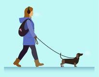 Muchacha con caminar del perro Fotografía de archivo libre de regalías