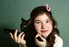 Muchacha con cierre del gato negro encima del retrato Fotografía de archivo