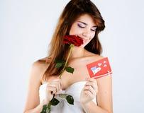 Muchacha con color de rosa y la tarjeta Imagen de archivo libre de regalías