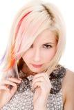 Muchacha con corte de pelo del arco iris foto de archivo libre de regalías