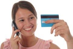 Muchacha con de la tarjeta de crédito Imágenes de archivo libres de regalías