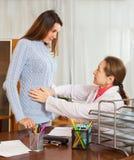 Muchacha con dolor abdominal en el doctor Imágenes de archivo libres de regalías