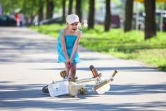 Muchacha con dolor en pierna después de caer abajo de la bicicleta Imagen de archivo libre de regalías