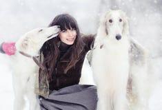 Muchacha con dos galgos en el invierno Fotos de archivo libres de regalías