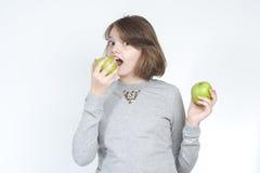 Muchacha con dos manzanas verdes Foto de archivo libre de regalías