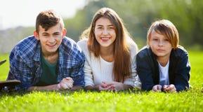 Muchacha con dos muchachos que presentan en parque de la caída Fotografía de archivo libre de regalías