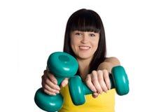 Muchacha con dos pesas de gimnasia verdes Imagen de archivo