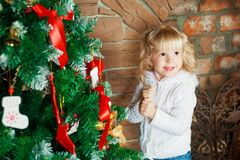 Muchacha con el árbol de navidad Imagen de archivo libre de regalías