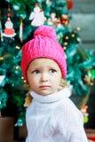 Muchacha con el árbol de navidad Fotos de archivo libres de regalías