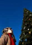 Muchacha con el árbol de navidad Imagen de archivo