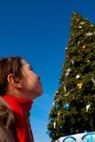 Muchacha con el árbol de navidad Imagenes de archivo