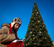 Muchacha con el árbol de navidad Imágenes de archivo libres de regalías