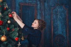 Muchacha con el árbol de navidad Fotos de archivo