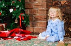 Muchacha con el árbol de navidad Fotografía de archivo libre de regalías