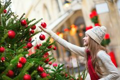 Muchacha con el árbol de navidad adornado Fotografía de archivo