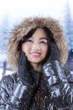 Muchacha con el abrigo de invierno en día nevoso Foto de archivo